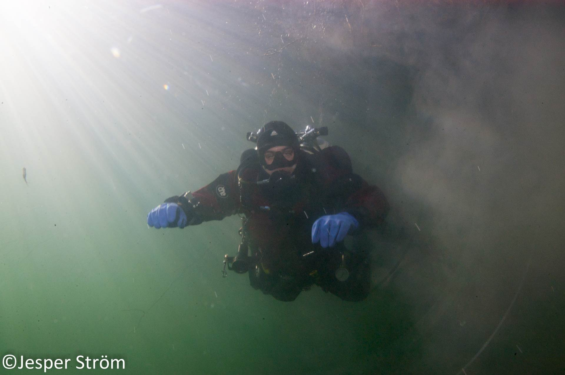 """Inspired from """"the Devil's eye"""" in Florida I took this pic of my teammate during decompression after an awesome minedive. If you look close enough you'll notice a tiny """"Rutilus rutilus"""" checking us out in the 4 degree Celsius warm water😃"""