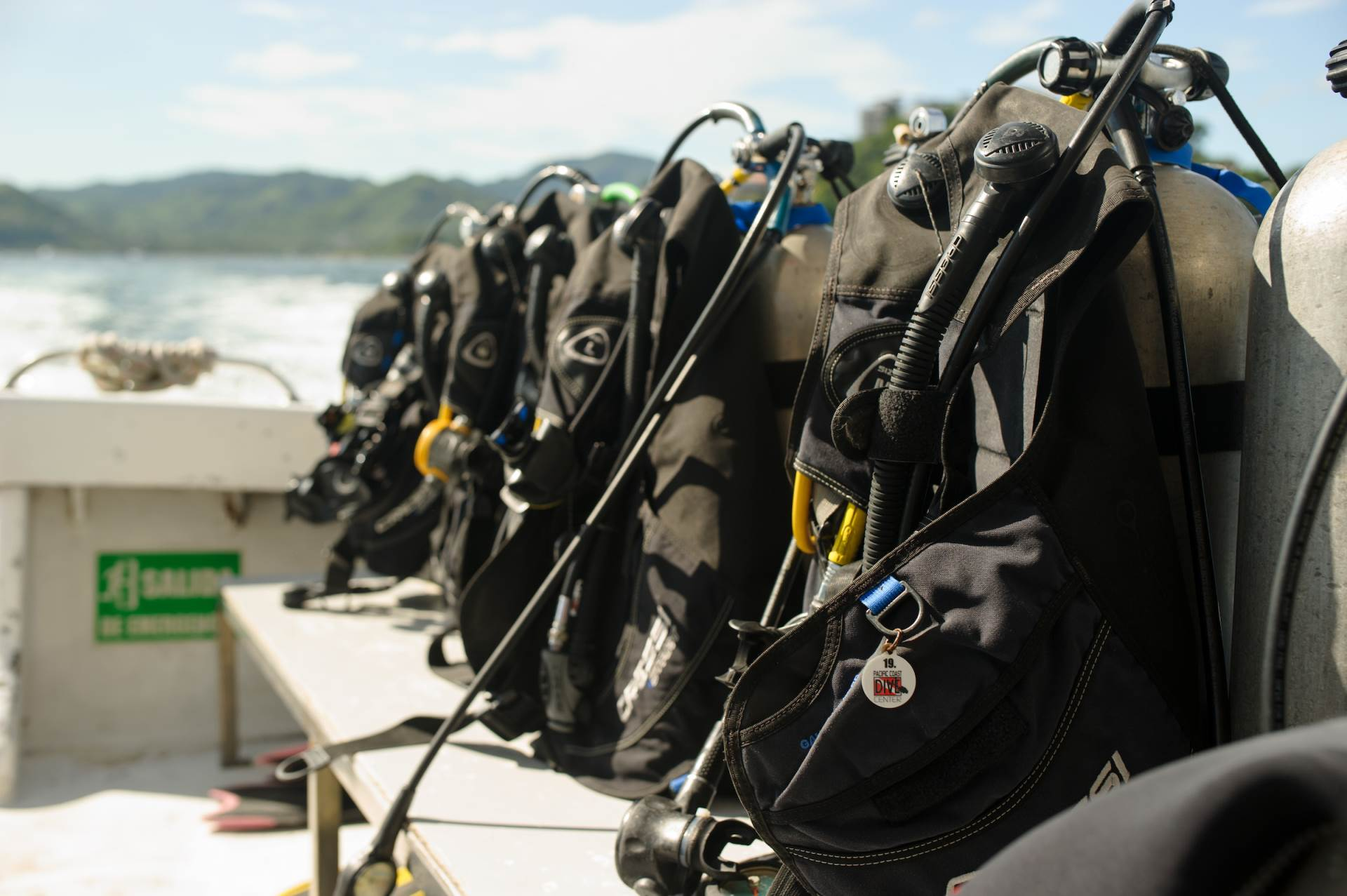 We can arrange equipment for 19 divers and 12 snorkellers. But we split groups in a maximun ratio of 4 divers per lider.