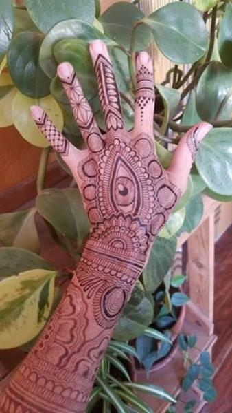 eye-shape-mehndi-fo-back-hand-by-@hennajes