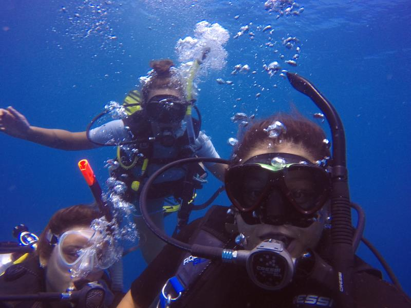 Friends underwater
